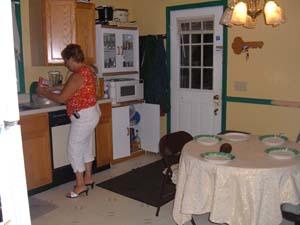 premium selection 8cf1c 68f81 Maintenant rentrons à l intérieur... Voici d abord la cuisine avec Chris,  ma mère d accueil à l intérieur.